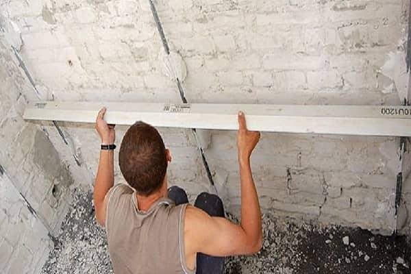 можно ли выравнивать стены плиточным клеем вместо штукатурной смеси