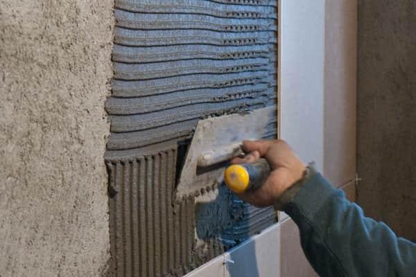 можно ли выравнивать стены плиточным клеем