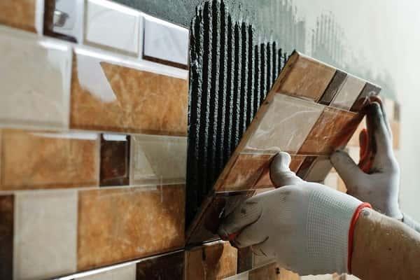 можно ли выравнивать стены плиточным клеем дома