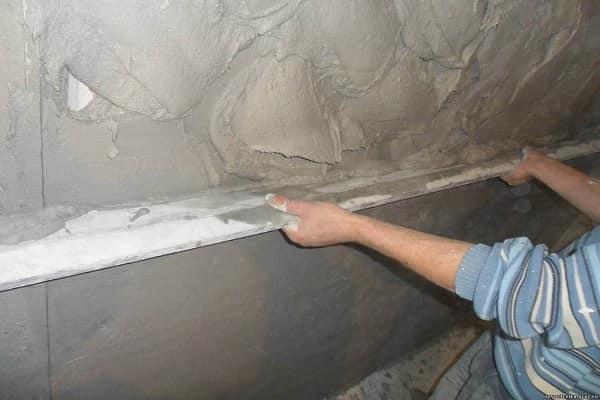 чем штукатурить стены в ванной комнате: нанесение стартового слоя