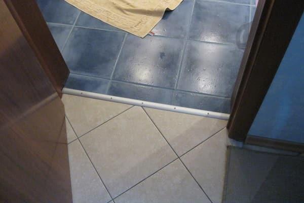 как установить порог в ванной комнате своими руками