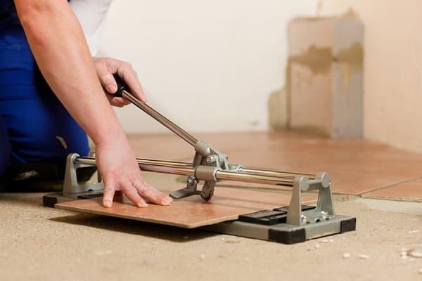 как правильно положить плитку в ванной комнате: резка материала