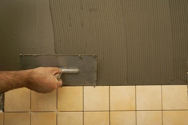 чем штукатурить стены в ванной комнате: подготовка к облицовке