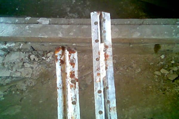 надо ли убирать маяки после штукатурки стен: возникновение коррозии