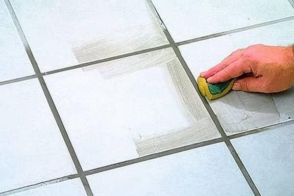 как заделать швы между плиткой в ванной комнате: преимущества использования цементных смесей