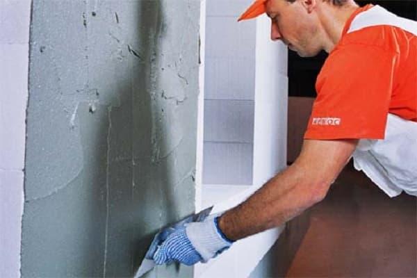 чем штукатурить стены в ванной комнате: нанесение чернового слоя