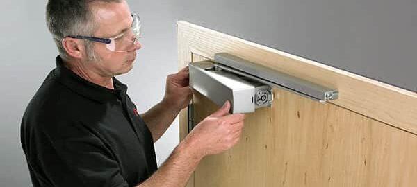 как отрегулировать доводчик на входной двери