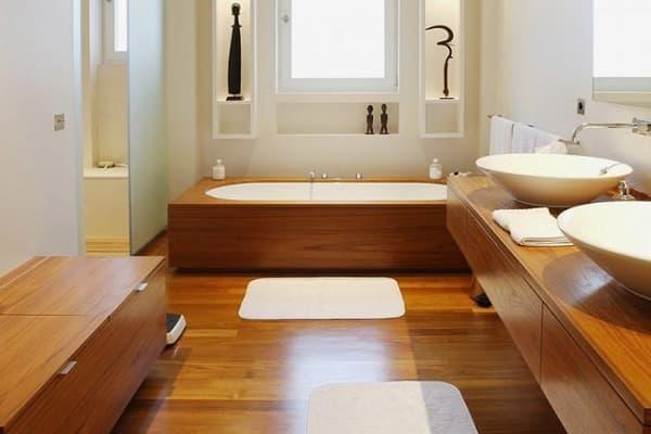 чем застелить пол в ванной комнате: деревянный пол