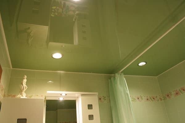 какой натяжной потолок выбрать для ванной: особенности глянцевых полотен