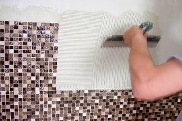 как клеить мозаичную плитку на стену: поэтапный процесс фиксации к поверхностям