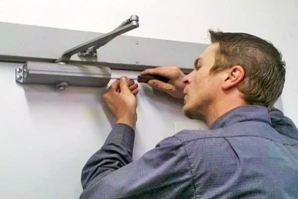 как установить доводчик на входную дверь самостоятельно