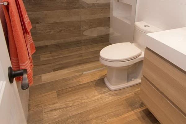 чем застелить пол в ванной комнате: виниловый пол