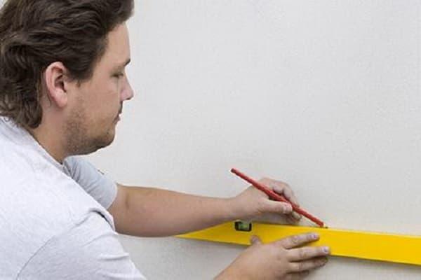 как клеить мозаичную плитку на стену: нанесение разметки