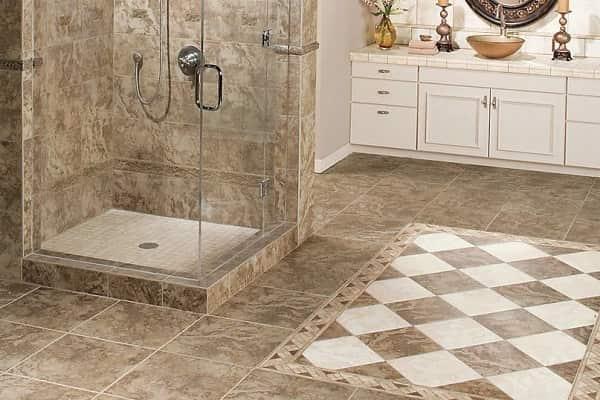 чем застелить пол в ванной комнате