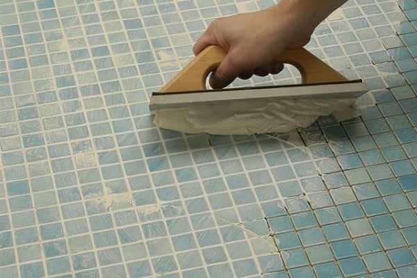 как клеить мозаичную плитку на стену: заполнение швов затиркой