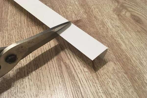 как приклеить уголки на обои: отрезание материала