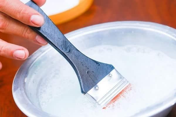 как очистить кисть от краски кондиционером для белья