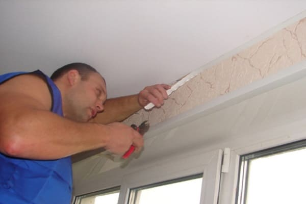 как снять плинтус с натяжного потолка
