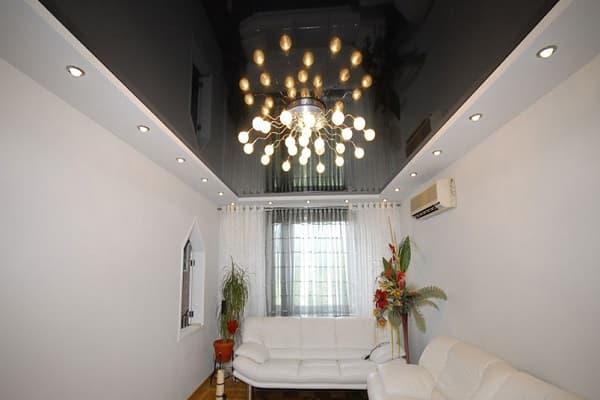 как выбрать цвет натяжного потолка: выбор полотна для гостиной комнаты