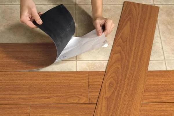 как выбрать виниловую плитку для пола: выбор материала по способу монтажа