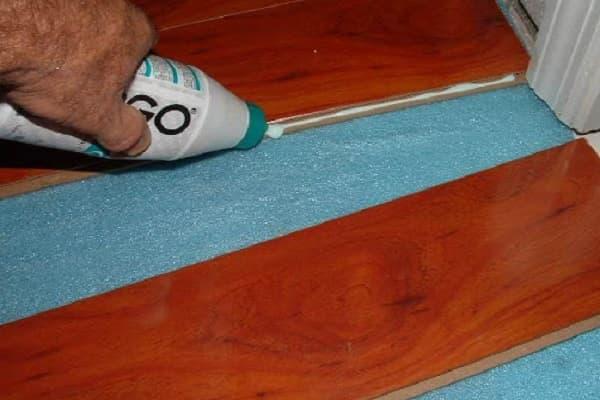 как выбрать ламинат для дома: монтаж клеевым методом