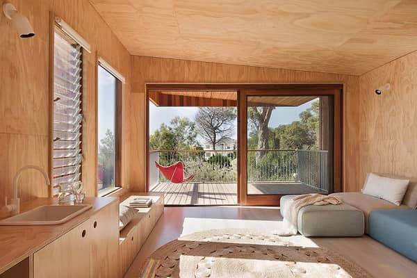 чем обшить мансарду изнутри для жилья: отделка фанерой