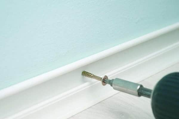 как протянуть провод под гипсокартоном на стене со стороны плинтуса
