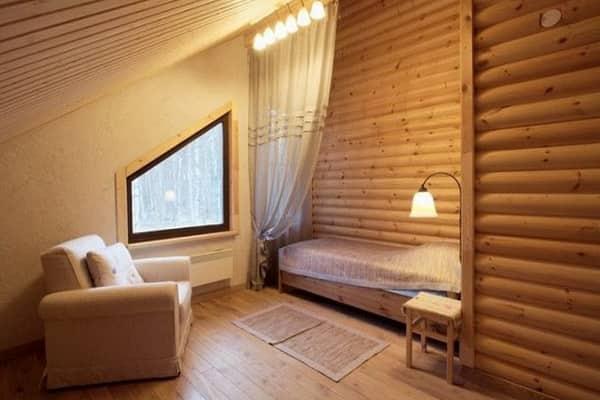 чем обшить мансарду изнутри для жилья: отделка блок-хаусом