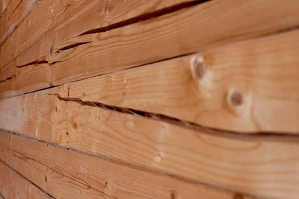 чем заделать щели в брусе дома: отрицательные последствия наличия повреждений