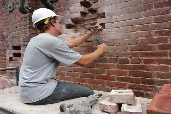 как заделать трещину в кирпичной стене дома: демонтаж кладки с крупными повреждениями