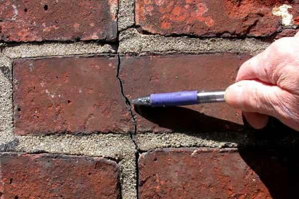 как заделать трещину в кирпичной стене дома: заделка небольших повреждений
