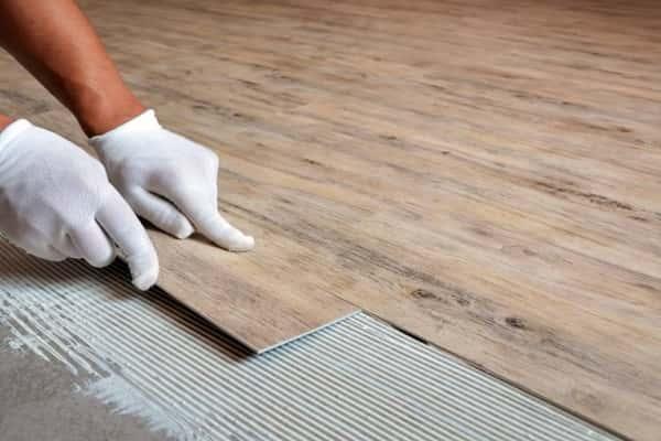 как укладывать кварцвиниловую плитку на пол: клеевой способ