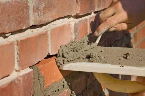 как заделать трещину в кирпичной стене дома: заделка сквозных повреждений