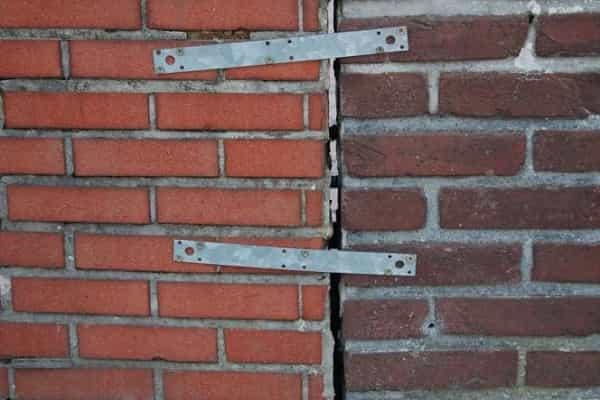 как заделать трещину в кирпичной стене дома собственноручно