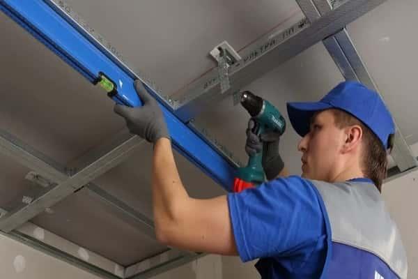 как сделать потолок из гипсокартона своими руками: монтаж профиля с использованием подвесов