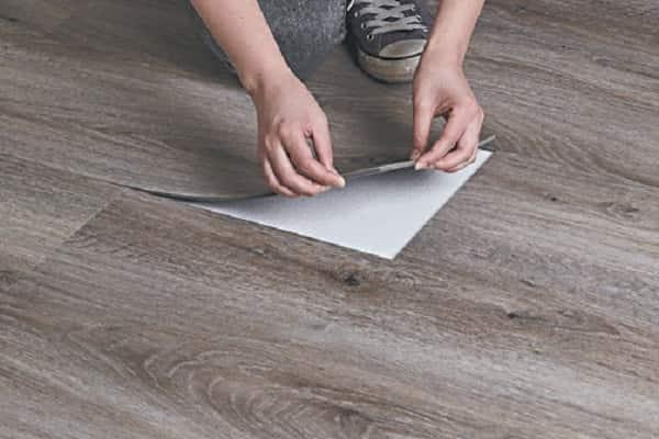 как укладывать кварцвиниловую плитку на пол: замена поврежденного элемента