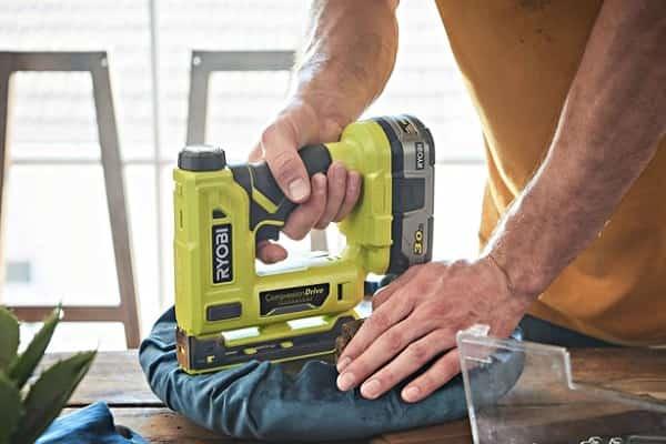 как выбрать степлер строительный аккумуляторный