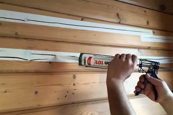 чем заделать щели в брусе дома: использование герметика