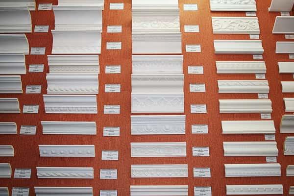 как приклеить плинтус к натяжному потолку: пенопластовые галтели и их особенности