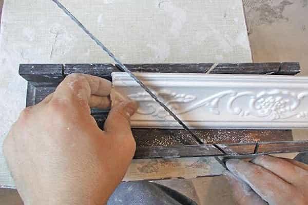 как приклеить плинтус к натяжному потолку: подрезание перед монтажом