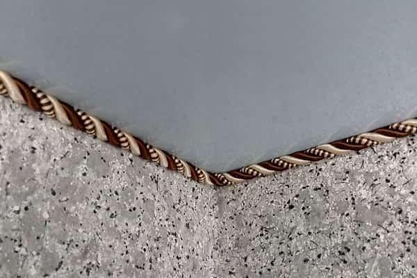 как приклеить плинтус к натяжному потолку: декоративный шнур