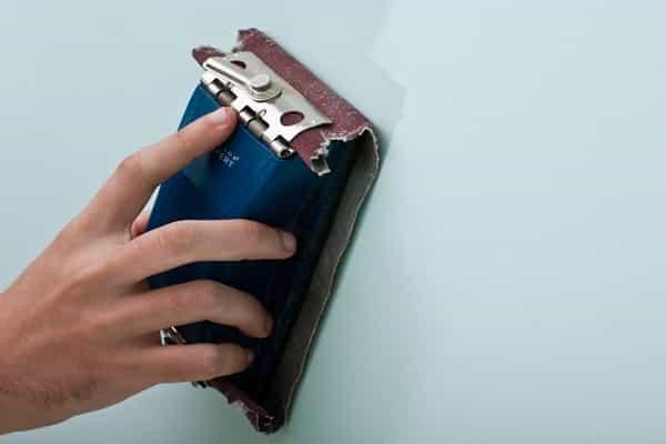как клеить обои на краску: шлифование покрытия для увеличения шероховатости