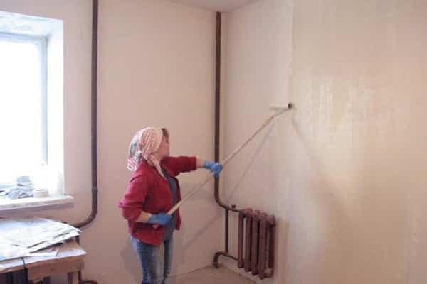 как клеить обои на краску: подготовка стен с акриловой смесью